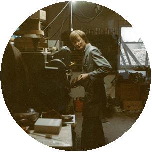 Karl-Heinz Schott an der Schleifmaschine