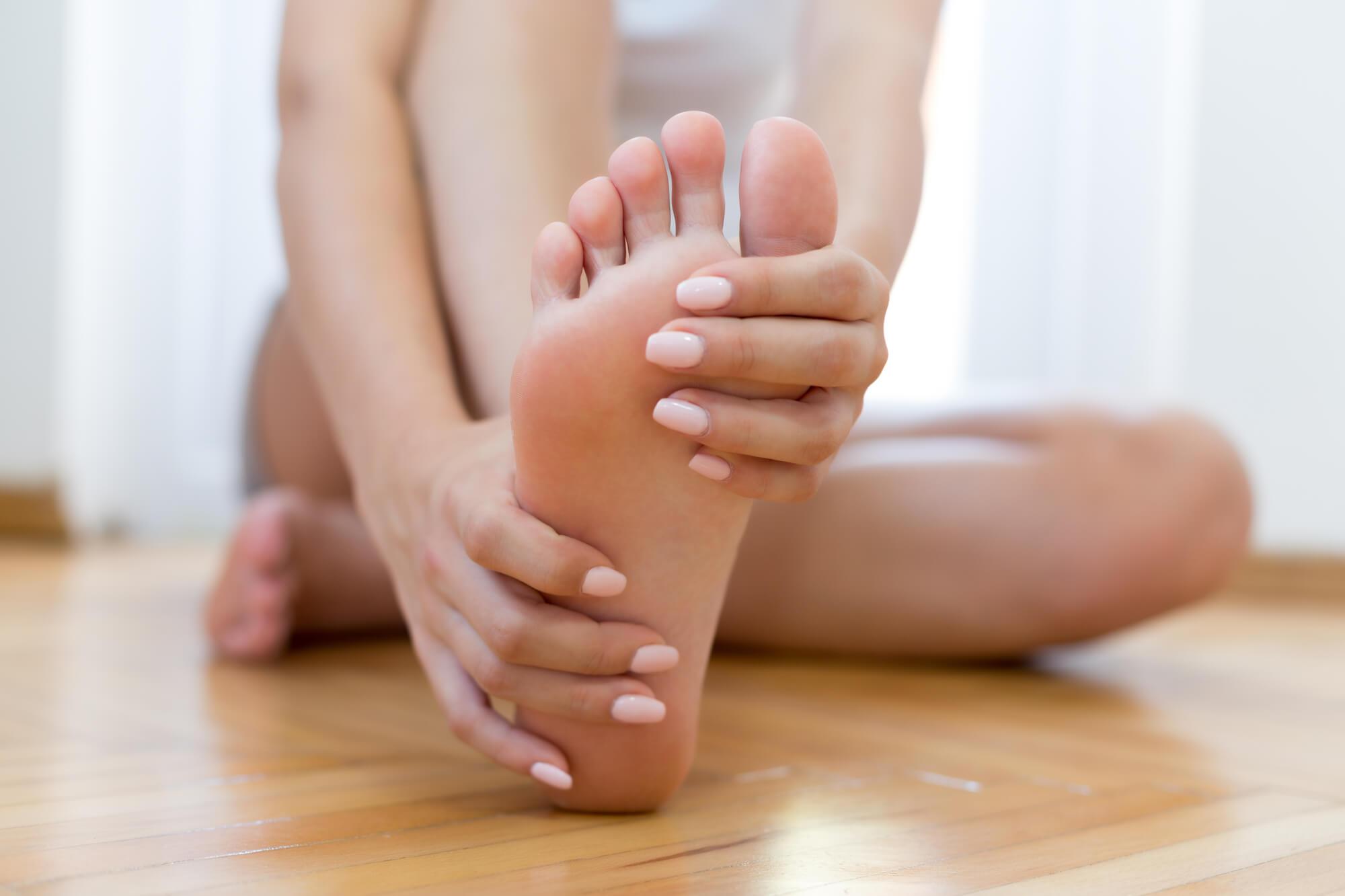Diabetiker fasst sich an den Fuß