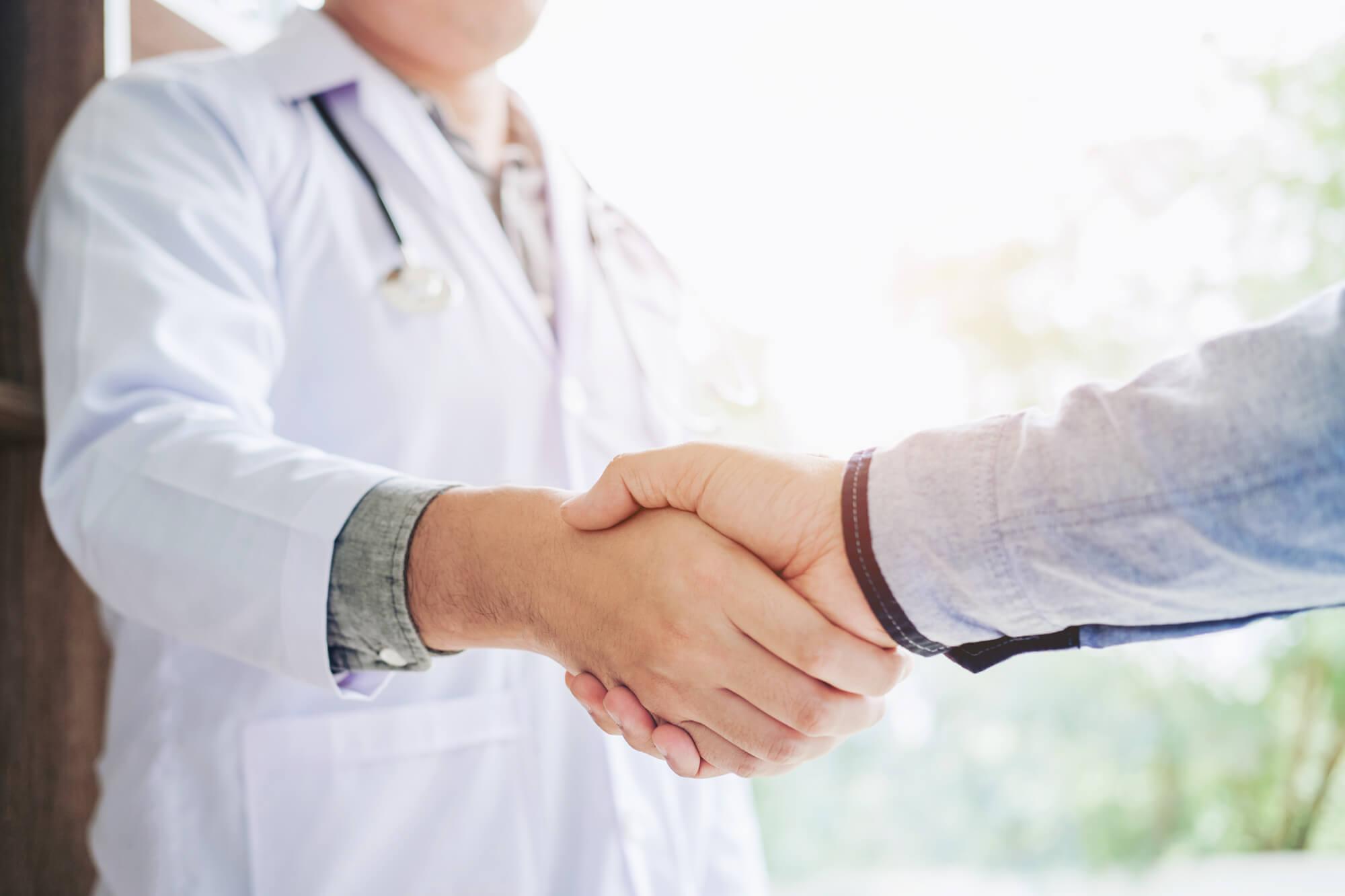 Zusammenarbeit Handschlag Therapeut und Schott