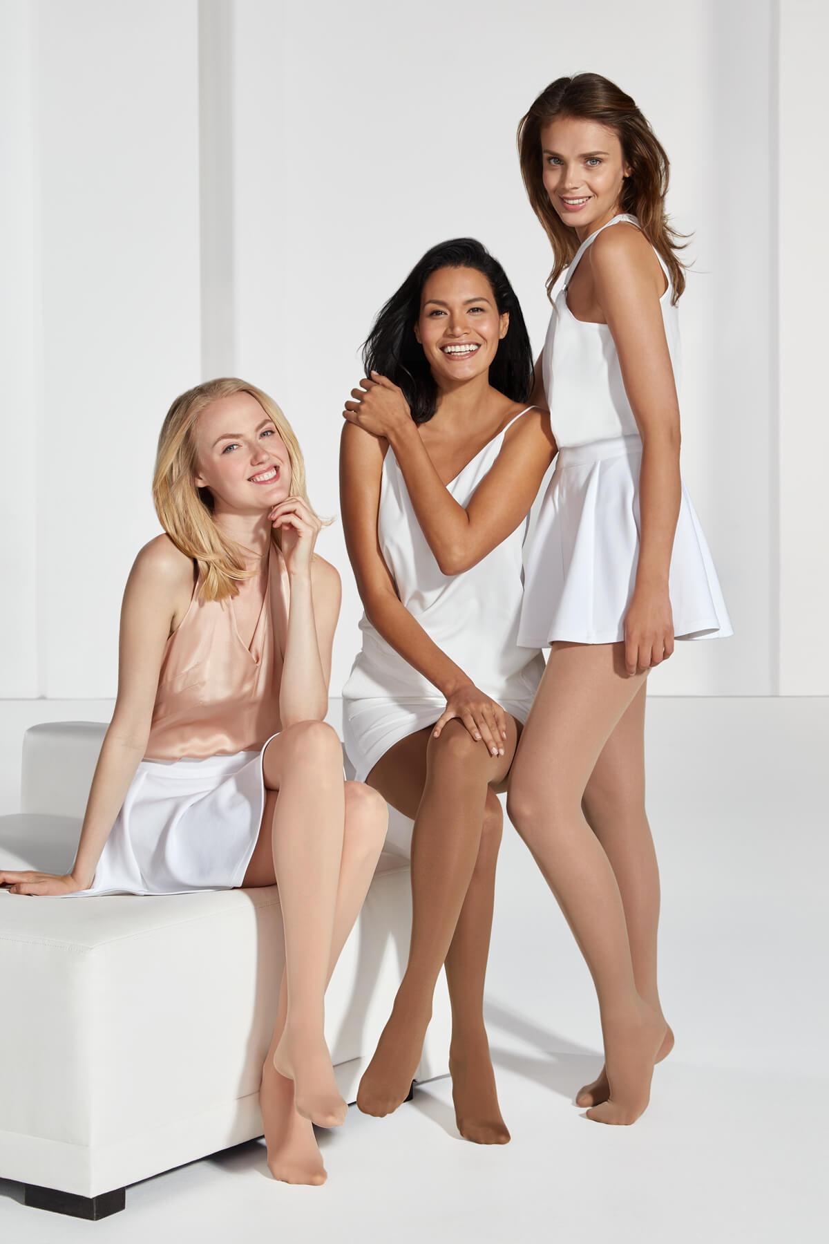 Drei-Frauen-sitzen-stehen-tragen-Kompressionsstrümpfe