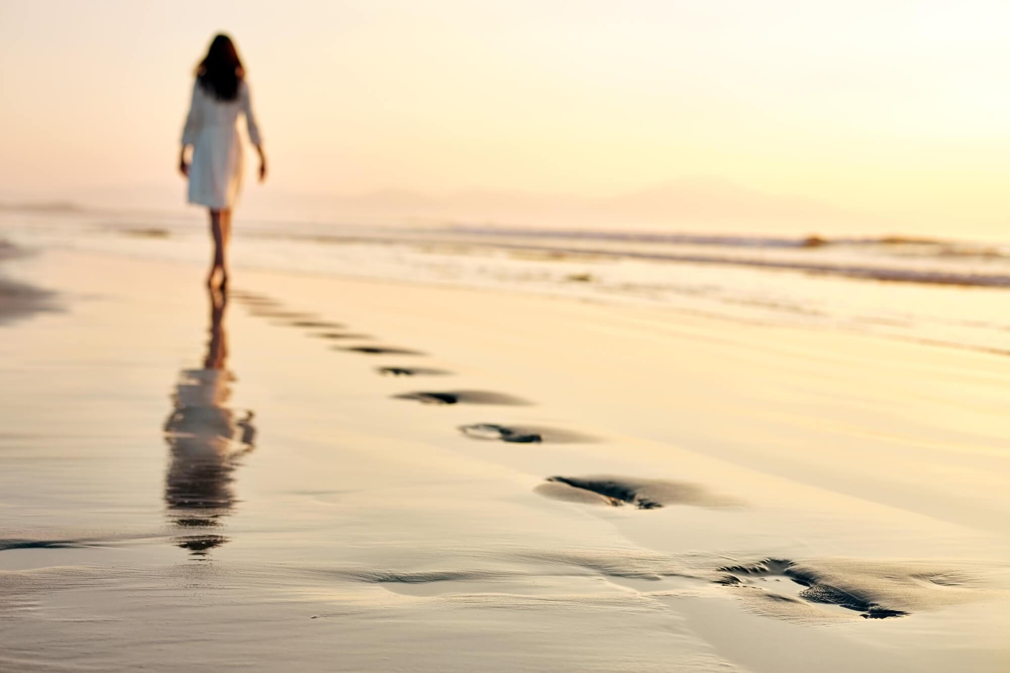 Frau ohne orthopädische Einlagen am Strand