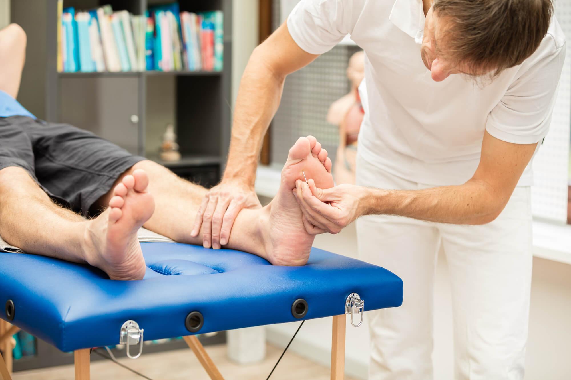 Fußuntersuchung an einem Diabetiker